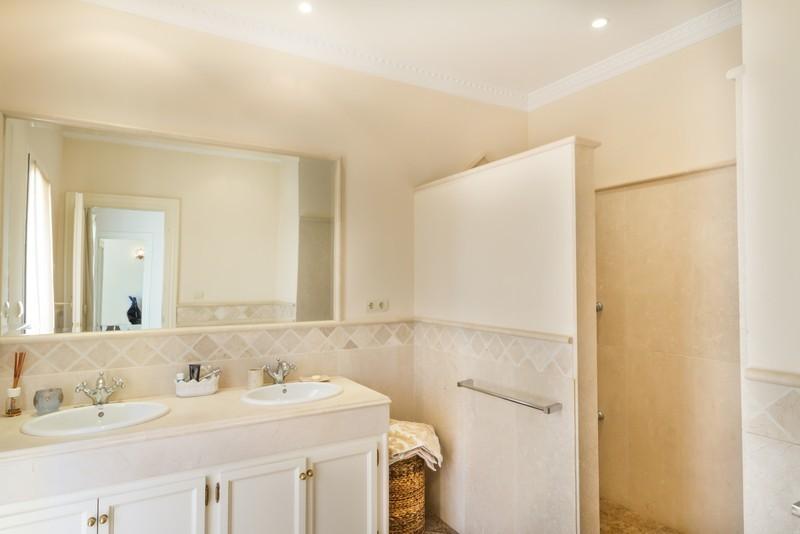 6 bed Property For Sale in Los Arqueros, Costa del Sol - 26
